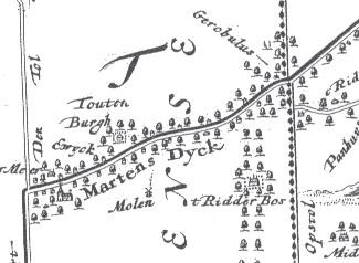 Rechts een stukje van een (gereconstrueerde) kaart uit 1699. De weg van links naar rechts is de huidige Dorpsweg door Maartensdijk. Waar Gerobulus bij staat, ligt het huis dat later Eyckenstein zou gaan heten.