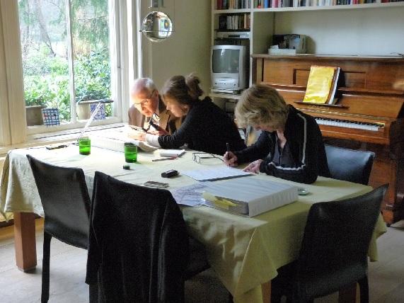 Van Boetzelaer Wendela en Anna lezen de agendas