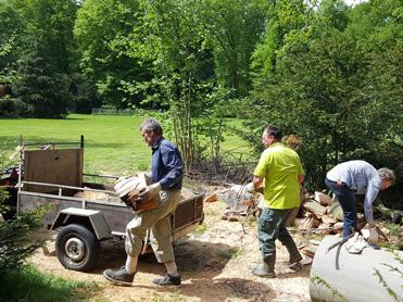 vrijwilligers-inladen-hout